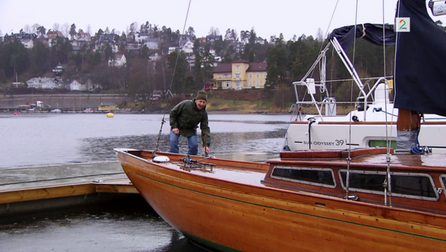Fil:Pelle ved Arnfinns båt.png