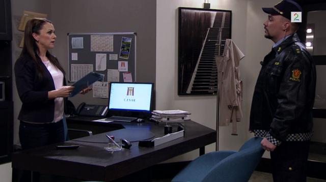 Fil:Monica snakker med politiet.png