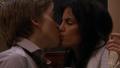 Kassandra og Måne kysser.png