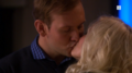 Albert og Mie kysser.png