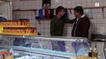 Harsahd og Kapoor senior i butikken.png