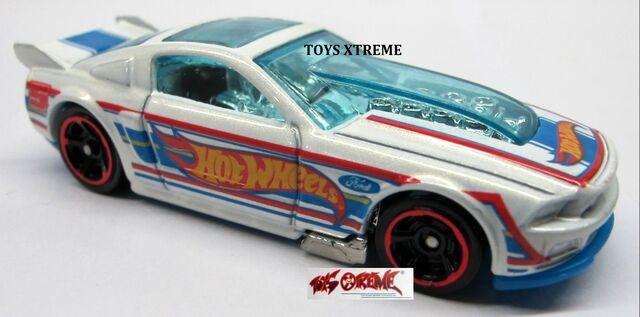 File:'13 Ford Mustang-WHITE.jpg