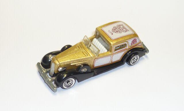 File:1935 Cadillac..jpg