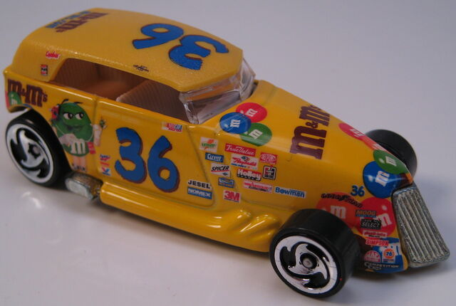File:Phaeton NASCAR M&Ms dw3 wheels metal Thailand base.JPG