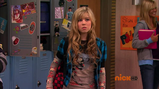 File:SamPuckett9, in front of locker.jpg