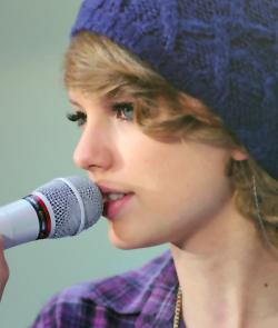 File:Taylor-swift-pretty-blue-knit-hat copia.jpg