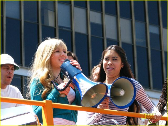 File:Jennette-mccurdy-ashley-argota-double-troubel-01.jpg