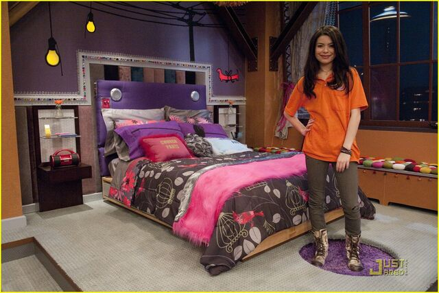 File:Miranda-cosgrove-icarly-hot-room-15.jpg