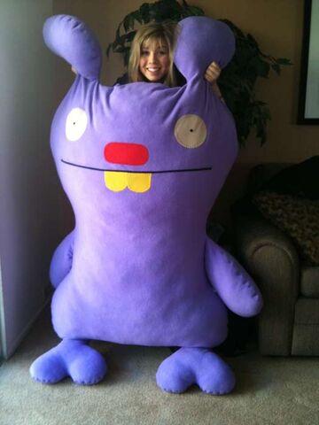 File:Jennette giant-ugly-doll.jpg