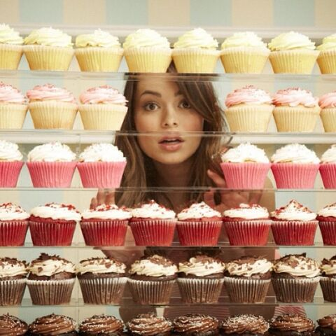 File:Between cupcakes.jpg