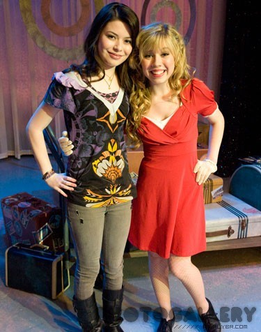 File:Miranda Cosgrove and Jennette McCurdy posing for an on-set photo.jpg