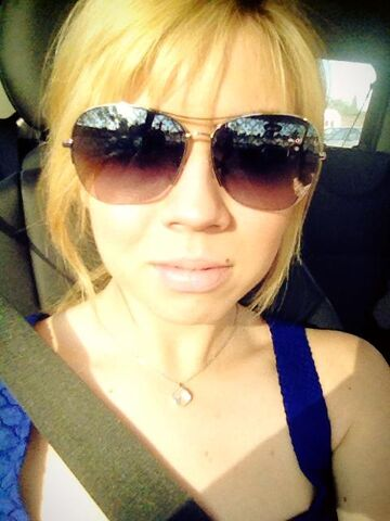 File:Jennette wearing sunglasses May 3, 2013.jpg