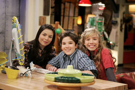 Icarly Gang at Computer