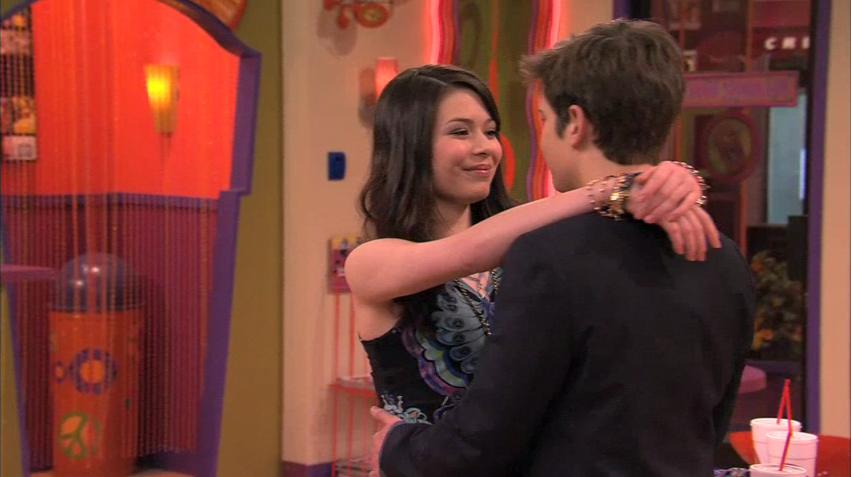 when did sam and freddie start dating What episode was the freddie and sam kiss - hi i'm new in this spot i want to know the number of the episode becouse i wat to see it in youtube question and answer in the icarly club.