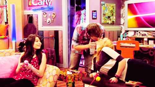 File:Sam and freddie kiss carlys room.jpg