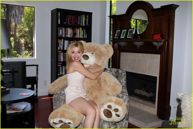 File:Jennette-mccurdy-gives-tour-of-her-new-home-04.jpg