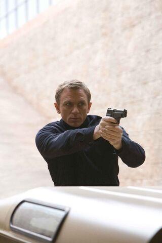 File:Quantum of Solace - Bond 2.jpg