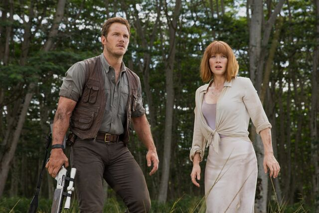 File:Jurassic-world-pratt-howard-2.jpg
