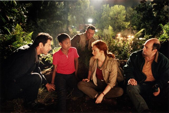 File:Picture-of-jeff-goldblum-julianne-moore-vince-vaughn-vanessa-lee-chester-and-richard-schiff-in-the-lost-world-jurassic-park-large-picture.jpg