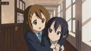Yui hugging Azusa