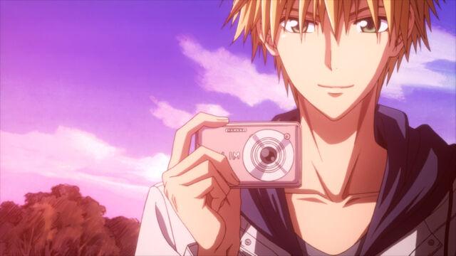 File:Usui taking photos.jpg