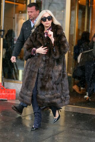 File:2-2-15 Leaving her apartment in NYC 001.jpg