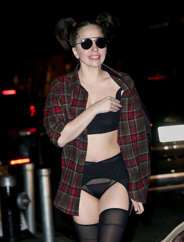 File:11-14-13 Arriving at her apartment 002.jpg