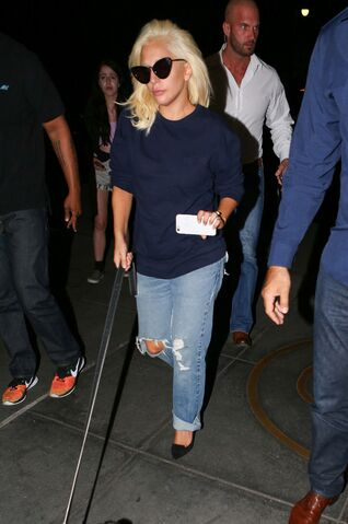 File:6-25-15 Arriving at her apartment in NYC 002.jpg