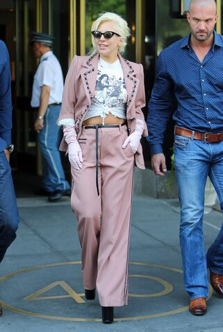 File:6-25-15 Leaving her apartment in NYC 001.jpg