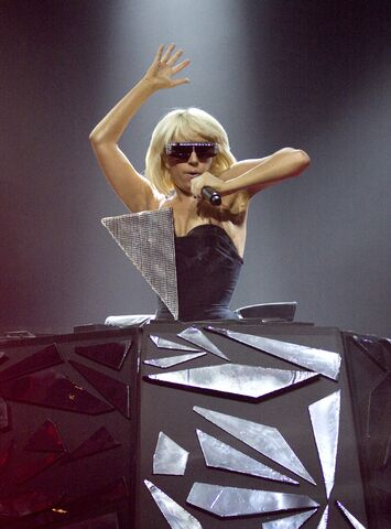 File:5-2-09 The Fame Ball Tour at Terminal 5 in New York 001.jpg