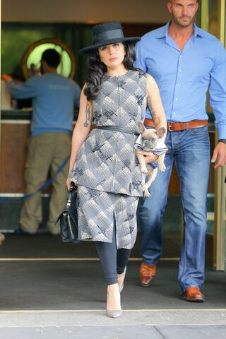 File:5-12-15 Leaving her apartment in NYC 002.jpg