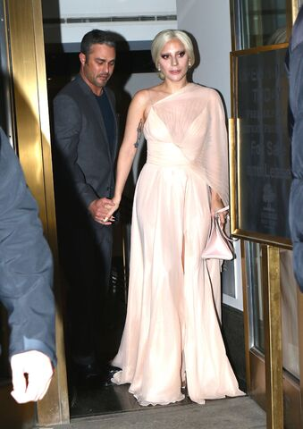 File:12-12-15 Leaving her apartment in NYC 001.jpg