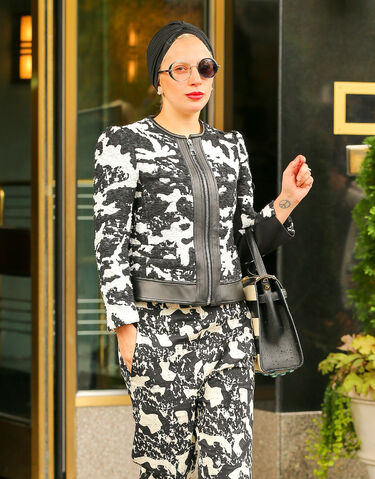 File:11-2-15 Leaving her apartment in NYC 002.jpg