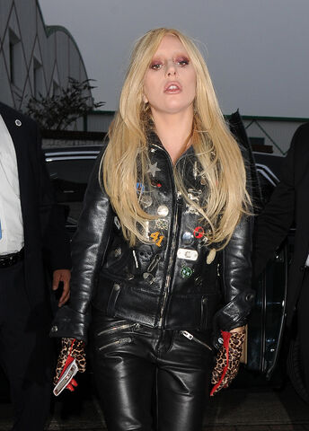File:11-23-15 Arriving at Music Studios in London 002.jpg