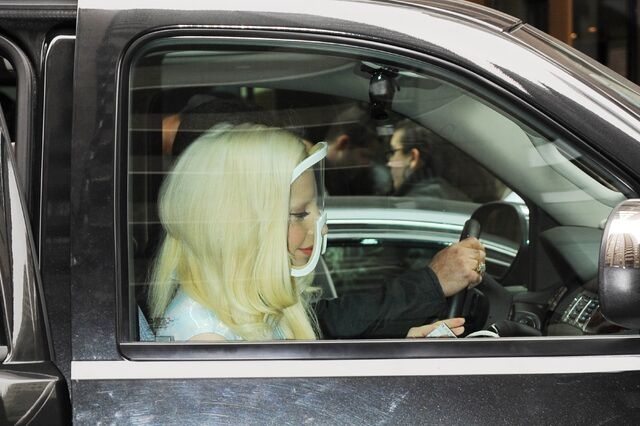 File:3-23-14 Leaving her apartment in NYC 004.jpg