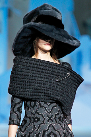File:Marc Jacobs Fall Winter 2012 Black scarf with safety pin.jpg