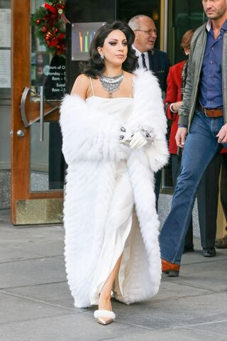 File:12-1-14 Leaving her apartment in NYC 001.jpg