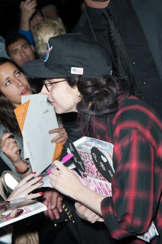 File:11-1-13 Arriving at her apartment in NYC 002.jpg