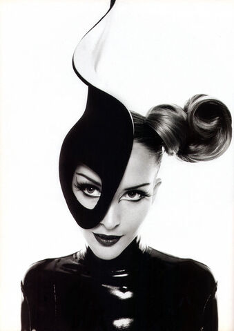 File:Philip Treacy for Mugler - Fall-Winter 1995 Collection.jpg