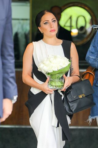 File:5-10-15 Leaving her apartment in NYC 001.jpg