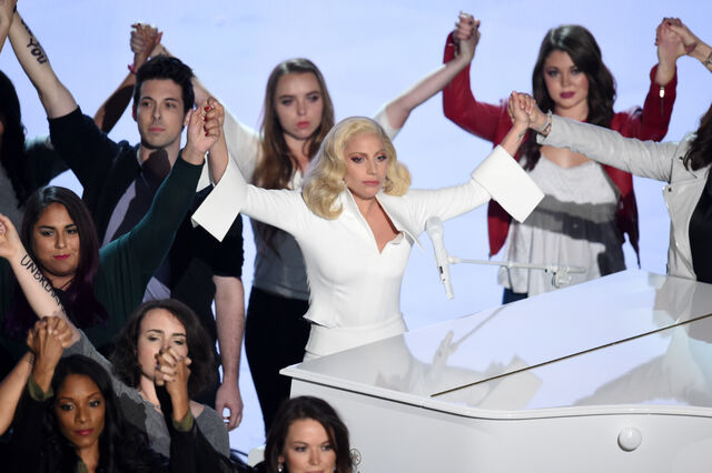 File:2-28-16 Performance at The Oscars in LA 002.jpg