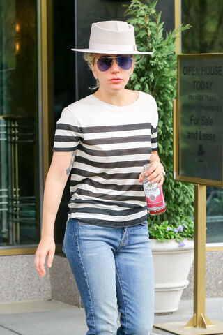 File:5-2-16 Leaving her apartment in NYC 002.jpg