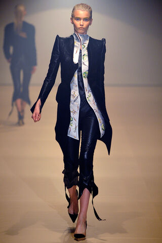 File:Mugler - Spring-Summer 2012 RTW Collection 004.jpg