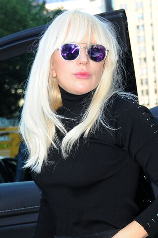 File:10-20-15 Leaving her apartment in NYC 003.jpg