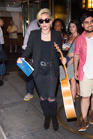 File:7-26-16 Leaving her apartment in NYC 001.jpg