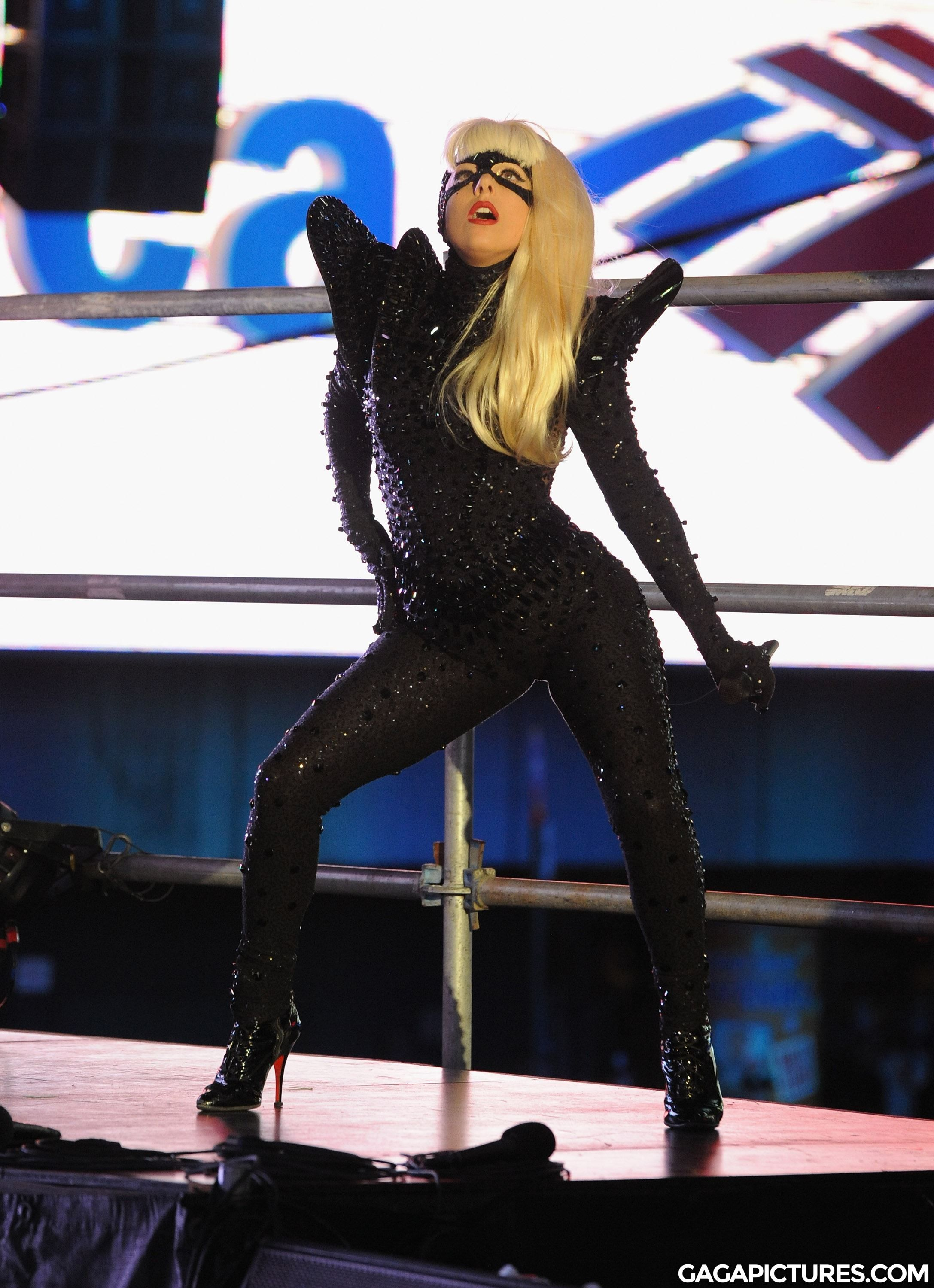 File:12-31-11 Times Square Performance 3.jpg