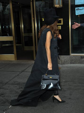 File:4-4-14 Leaving her apartment in NYC 004.jpg