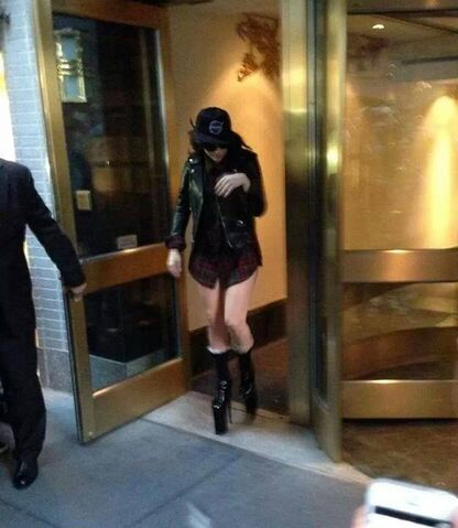 File:11-3-13 Leaving her apartment in NYC 001.jpg