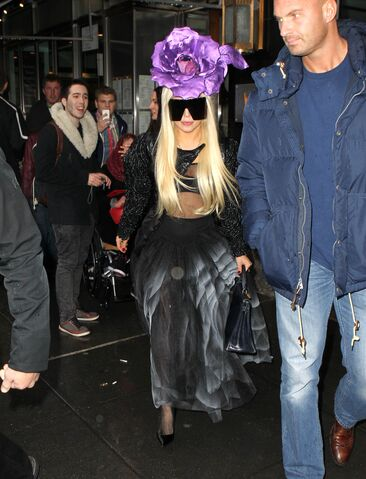 File:3-29-14 Leaving her apartment in NYC 001.jpg