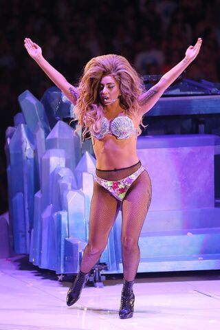 File:8-9-14 Venus artRAVE the ARTPOP ball.jpg